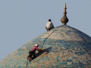 Obreros restaurando cúpula