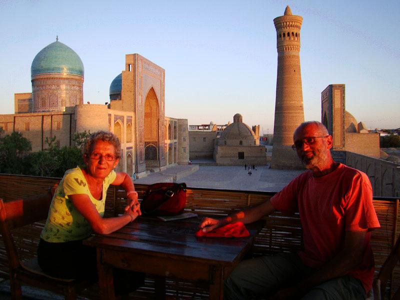 Pareja admirando vistas a la Mezquita Bibi Khanum, Samarcanda.