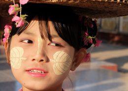 Birmania, niña con thanakha